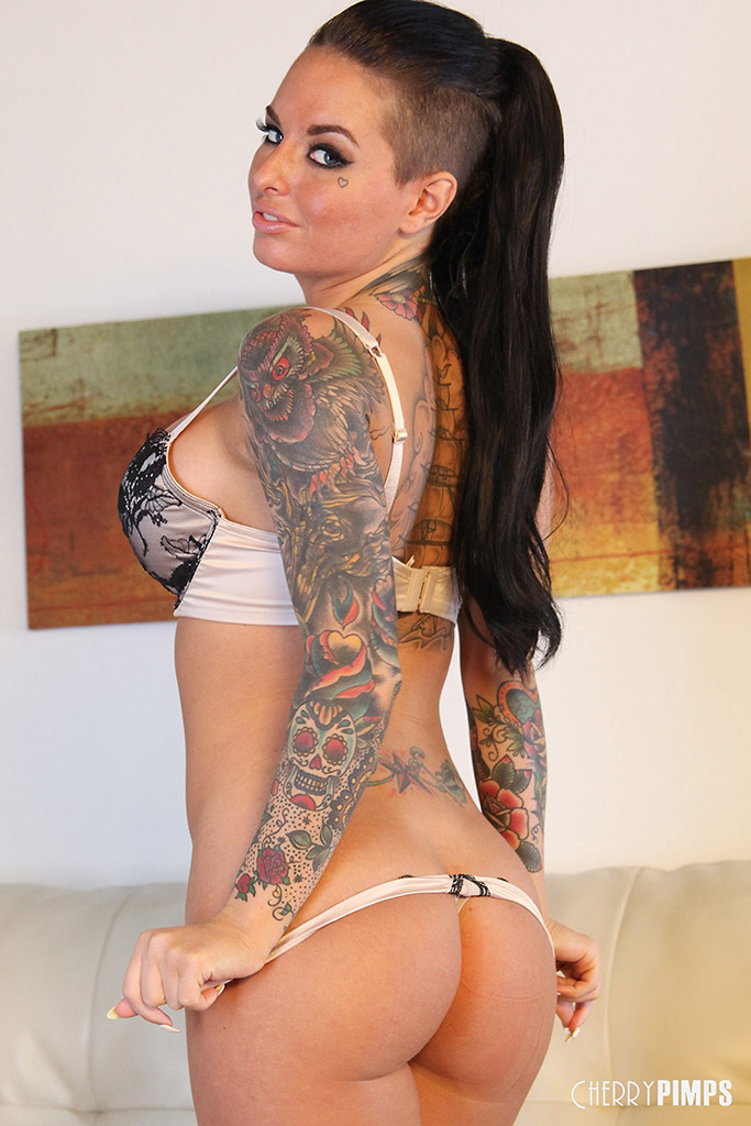 Christy Mack Opens Wide for Buzzing Vibrator