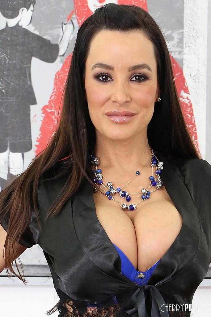 Lisa Ann Curvy Cougar Masturbates with Big Glass Dildo