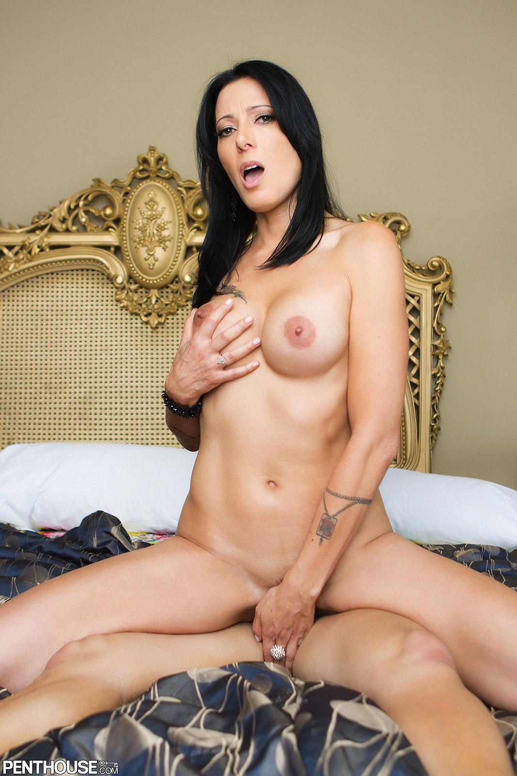 Zoey Holloway Bio