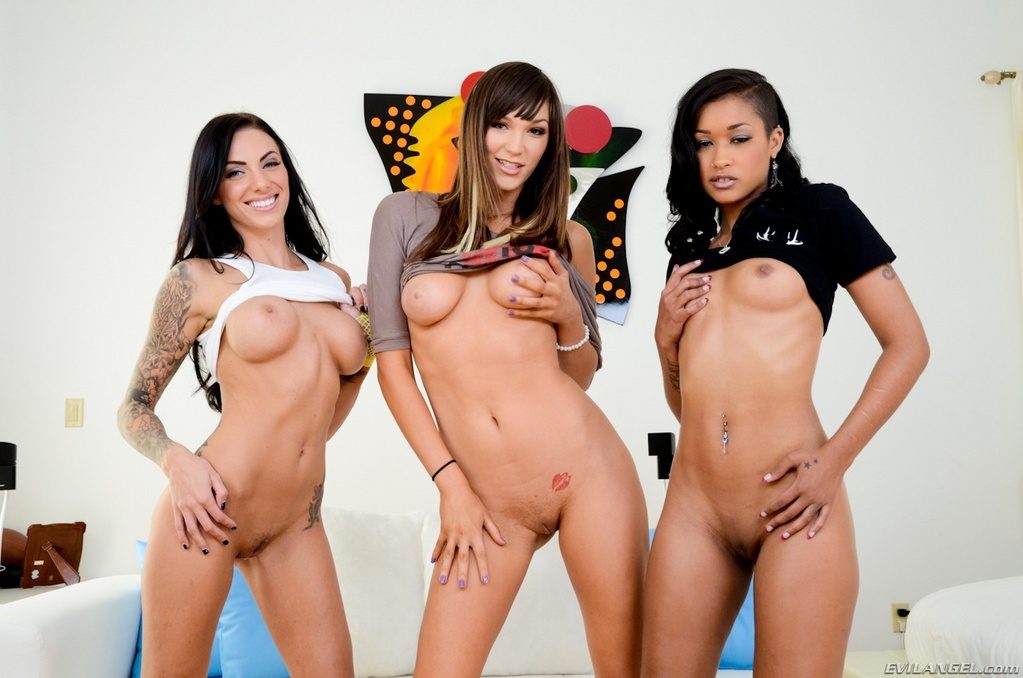 Juelz Ventura and Friends Give Triple Blowjob