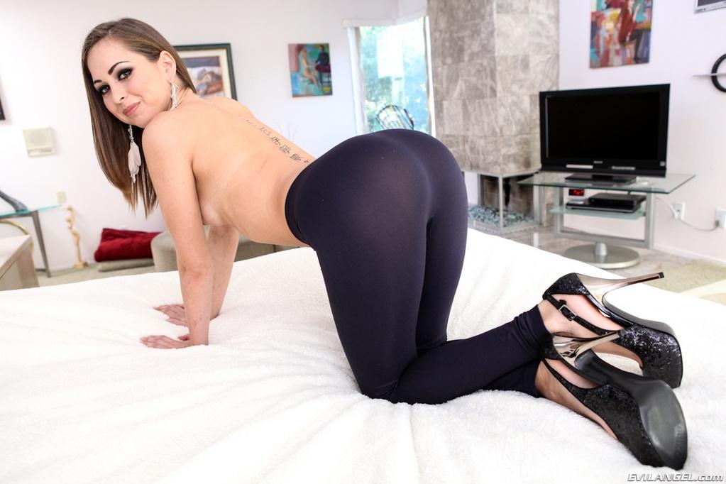 Riley Reid Gets Hard Cock in Her Wet Pussy