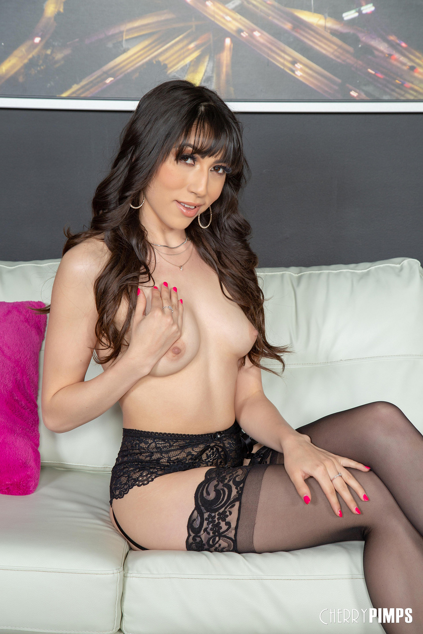 Judy Jolie Gets Wild and Hardcore Live on Cam